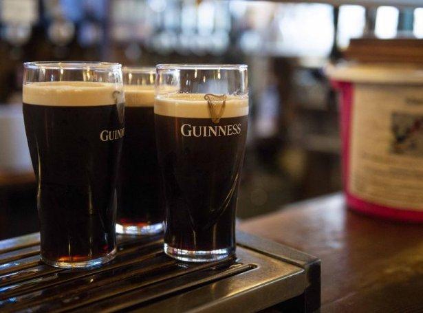 Allar pubbir í Írlandi eru stongdar fyribils (Savnsmynd: EPA)