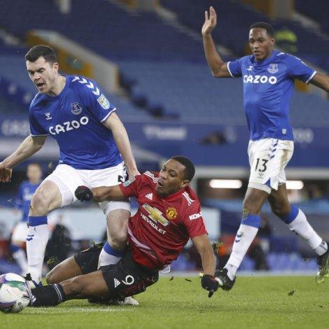 Everton tekur ímóti West Ham - United fær vitjan av Aston Villa. Bæði liðini vilja nærkast fíggíndanum Liverpool (Mynd: EPA)