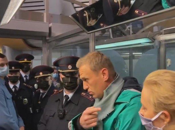 Stutt eftir, at flogfar hansara lendi í Moskva, varð Aleksej Navalnyj afturhildin av løgregluni (Mynd: EPA)
