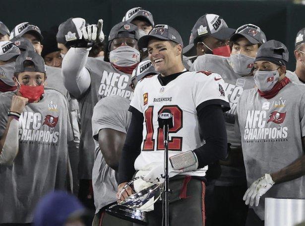Brady kemur á pappírinum í Super Bowl so at siga annað hvørt ár (Mynd: EPA)