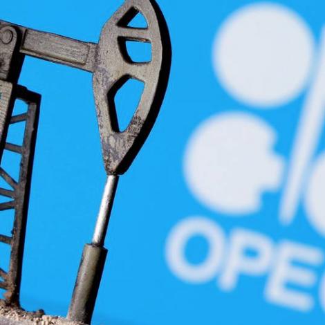 Oljuprísur lækkar undan OPEC+ fundi