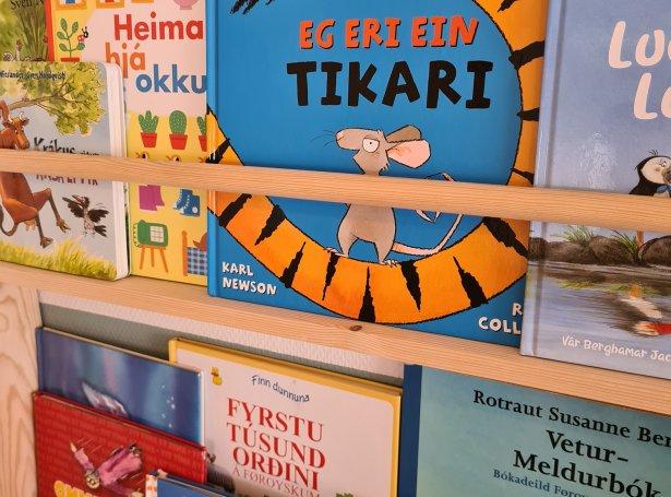 Heimagjørd bókahill til barnakamarið