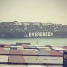 Suez-veitin: Stórt bingjuskip stendur fast og tarnar feðsluni