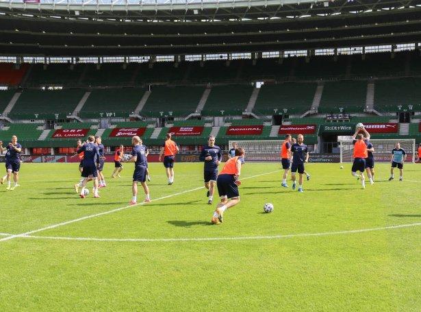 Føroyska Landsliði fyrireikar seg á Ernst-Happel Stadion í Wien. (Mynd Fótbóltssamband Føroya)