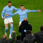 Kyle Walker og málskorarin til 2-1, Phil Foden, fegnast um 2-1 málið til Manchester City í gjárkvøldið (Mynd: EPA)