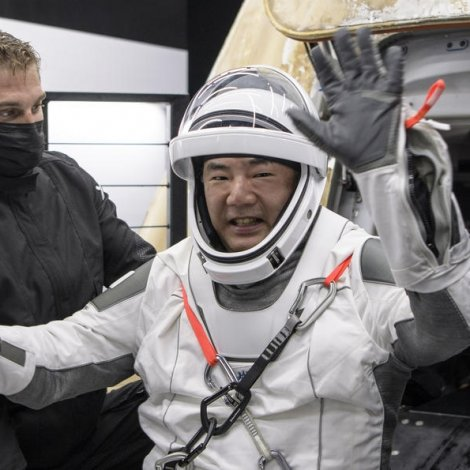 Fýra astronautar trygt á jørðini aftur
