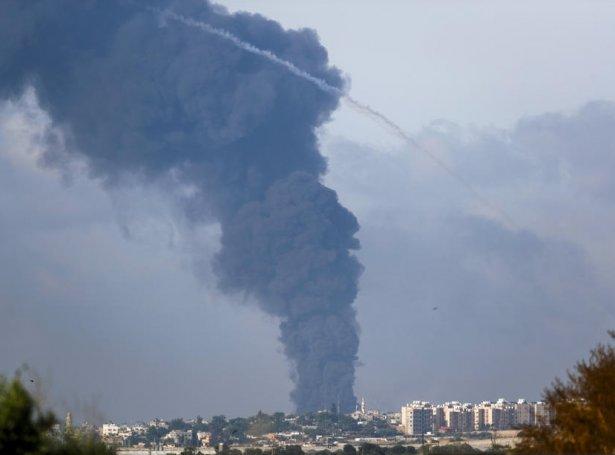 Royksúla í Gaze eftir eitt rakettálop (Mynd: EPA)