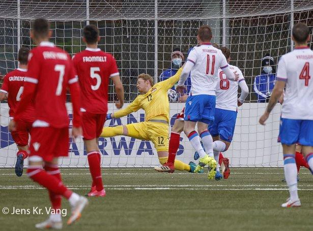 Her skorar Brandur Hendriksson sítt annað mál - til 3-1 fyri Føroyar (Mynd: Jens Kr. Vang)