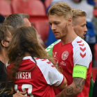 Simon Kjær troystaði unnustuna hjá Christian Eriksen (Mynd: EPA)