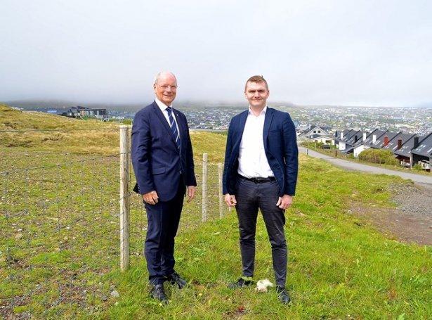 Heðin Mortensen og Tróndur Sigurðsson oman fyri Argjahamar, har stykkjað verður út fyri nýggjum búeindum