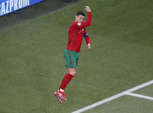 Ronaldo í sínum eyðkenda fagnaði eftir mál - hann hevur verið heilt nógv nýttur seinastu árini. Í gjárkvøldið javnaði hann metið hjá Ali Daei á Ferenc Puskás leikvøllinum í Budapest (Mynd: EPA)