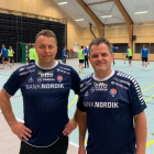 Lars Møller, hjálparvenjari, og Peter Bredsdorff-Larsen, høvuðsvenjari til venjing í Høllini á Hálsi (Mynd: Hondbóltssamband Føroya)