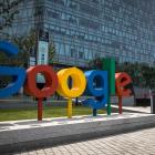 Starvsfólk á skrivstovunum hjá Google og Facebook skulu lata seg koppseta