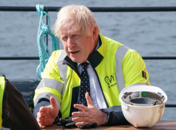 Boris Johnson, forsætisráðharri, ætlar sær ikki at ganga krøvunum frá umhvørvisfólki á møti, um at steðga útbygging av oljukelduni Cambo skamt frá føroyska markinum