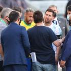 Lionel Messi, Neymar og hinir sluppu ikki at spæla leingi í Sao Paolo í gjár (Mynd: EPA)