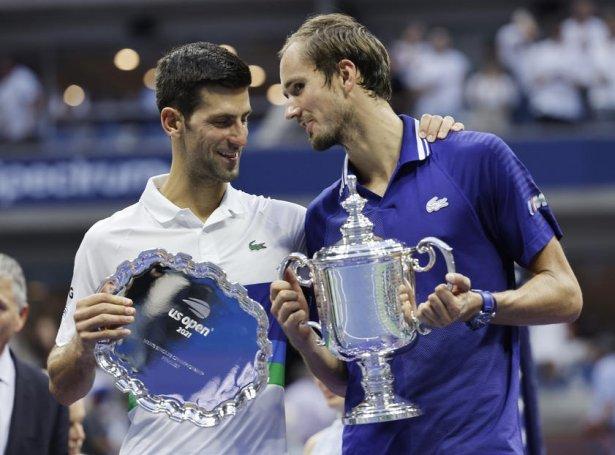 Djokovic (t.v.) og Medvedev eftir US Open-finaluna (Mynd: EPA)