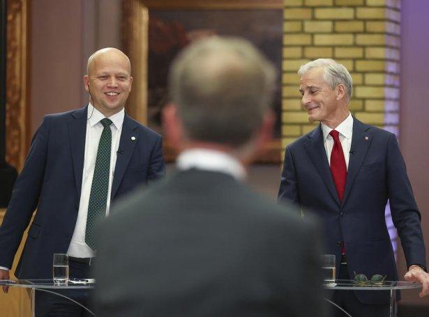 Floksleiðararnir Trygve S. Vedum fyri Senterpartiet og Jonas Gahr Støre fyri Arbeiderpartiet eftir valdigurin í gjárkvøldið (Mynd: EPA)