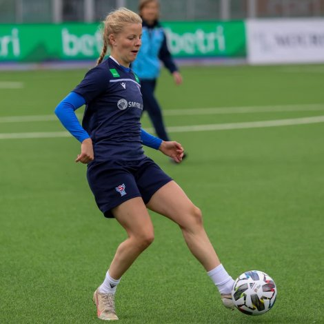 Julia Naomi Mortensen hevur av álvara gjørt vart við seg fyrstu tíðina í donskum fótbólti (Mynd: FSF)