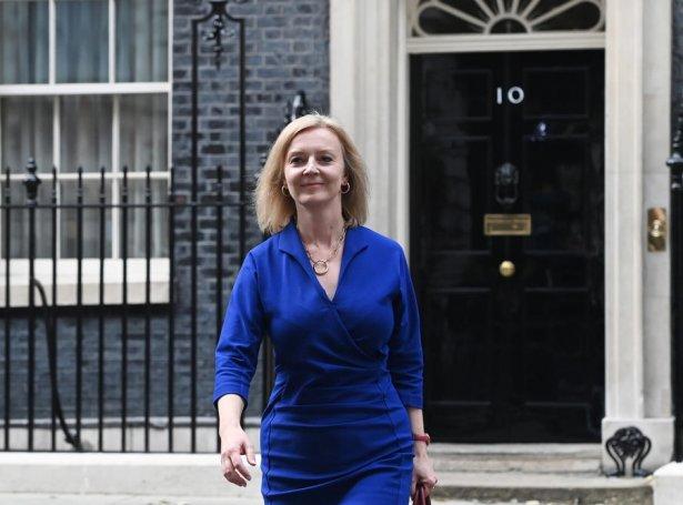 Lis Truss á veg út úr 10 Downing Street í dag (Mynd: EPA)
