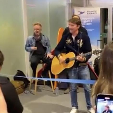 Video: James Blunt yvirtók spæliplássið á flogvøllinum í Vágum