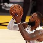 LeBron James úr Los Angeles Lakers er ein teirra, ið hevur valt at lata seg koppseta áðrenn komandi kappingarár, men hann hevur greitt frá, at hann var skeptiskur at byrja við (Mynd: EPA)