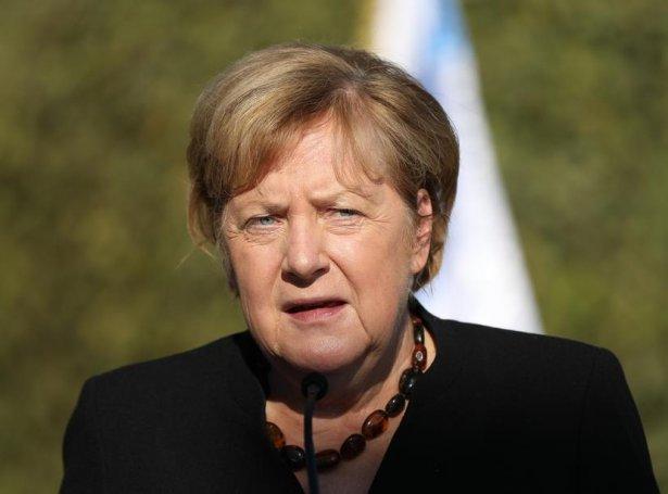 Angela Merkel heldur røðu við Yad Vashem (Mynd: EPA)