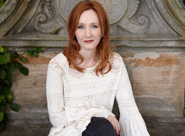 J.K. Rowling er best kend fyri at hava skrivað tær sjey Harry Potter bøkurnar um unga bretska gandakallin av sama navni, og nú er hon aktuel við enn einari skaldsøgu til børn.