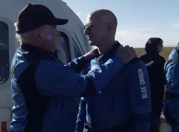 William Shatner heilsar her uppá Jeff Bezos, eigara av Blue Origin, eftir at rúmdarfarið er komið niður á jørðina aftur (Mynd: EPA)