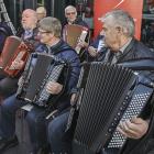 Bjóðar pensjónistum inn til venjing – at dansa